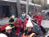 V Ol�anské ulici se st�etla tramvaj a v�z policie. Auto bylo po srá�ce...