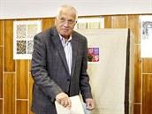 Exprezident Václav Klaus volil tradi�n� v um�lecké �kole v pra�ských Kobylisích...