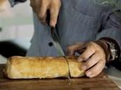 Ostrým nožem štrůdl pokrájejte.