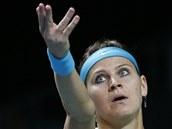 PŘI SERVISU. Lucie Šafářová v semifinále turnaje v Moskvě.