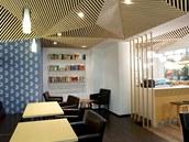 Interiéru Café Peroutka dominuje �vynucený� podhled a výmalba s pomocí vále�ku