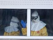 Zdravotníci v madridské nemocnici mají na sob� ochranné obleky.