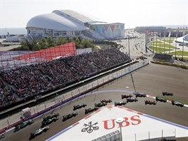 Lewis Hamilton vede pole závodníků ve Velké ceně Soči.