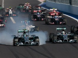 Nico Rosberg si pr�v� ni�� pneumatiky, vedle n�j je Lewis Hamilton.