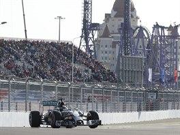 OSAM�L� JEZDEC. Lewis Hamilton na nov� dr�ze v So�i.