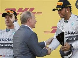 GRATULUJI. Rusk� prezident Vladimir Putin gratuluje Lewisovi Hamiltonovi k...