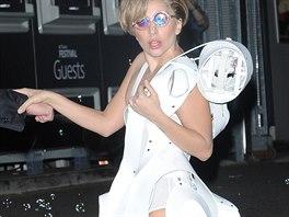 Zpěvačka Lady Gaga v šatech se zabudovaným bublifukem od Studia XO