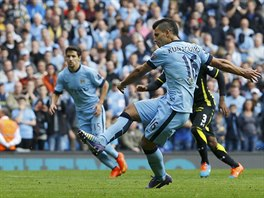 PENALTA. Útočník Manchesteru City Sergio Agüero v utkání proti Tottenhamu...
