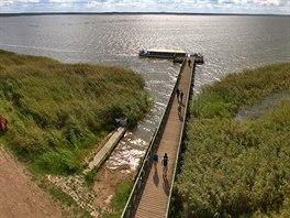 Vyhlídková věž vRabce poskytuje nádherné výhledy na jezero a přístavní molo.