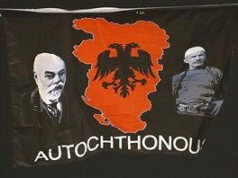 """Nad stadion bělehradského Partizanu snesl dron vlajku zobrazující takzvanou Velkou Albánii. Tento koncept počítá s vytvořením """"etnické Albánie"""" zahrnující kromě území samotné dnešní Albánie a celého Kosova také části Srbska, Černé Hory, Makedonie a Řecka (14. října 2014)."""
