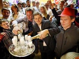 Lídr hnutí Žít Brno Matěj Hollan (uprostřed) při oslavách volebního úspěchu. (11. října 2014)