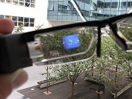 Při pohledu skrze brýle an promítaný obraz nemusíte příliš přeostřovat (nebo...