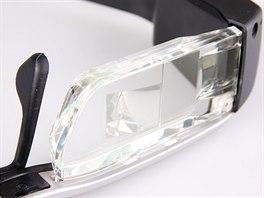 """Detail """"skla"""" brýlí, vidět můžete i plošku, na kterou miniaturní projektory..."""