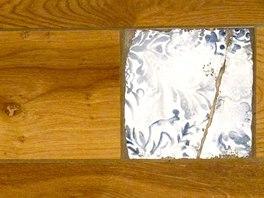 """Menší čtvercové tvarovky s majolikovým dekorem vtipně oživí i """"klasickou"""" imitaci dřeva."""