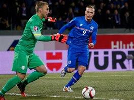 Nizozemský gólman Jasper Cillessen  se chystá chytit míč před dotírajícícím...