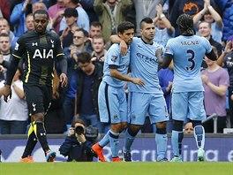 Sergio Agüero (druhý zprava) z Manchesteru City slaví proměněnou penaltu proti...