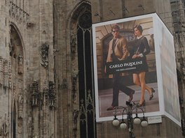 Billboard s módní značkou se dostal i na lešení gotického dómu.