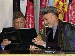 Bývalý afghánský král Muhammad Záhir Šáh a prezident Hamíd Karzáí pročítají...