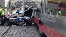 V Ol�anské ulici v Praze do�lo ke st�etu policejního vozu a tramvaje....