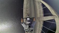 Motokrosa� z kaskadérského týmu Stunt Freaks poko�il na motorce betonový mostní...