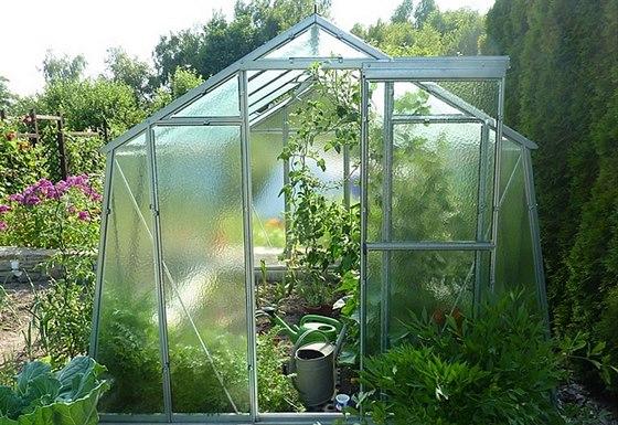 Výhodou skleníků HOBBY jsou kvalitní posuvné dveře.