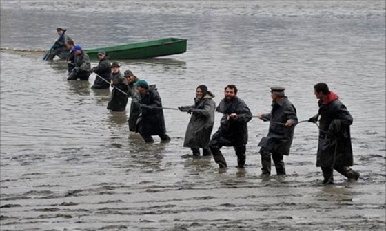 Ryb��i v gumov�ch pl�t�ch zapln� �esk� rybn�ky v brzk�ch hodin�ch