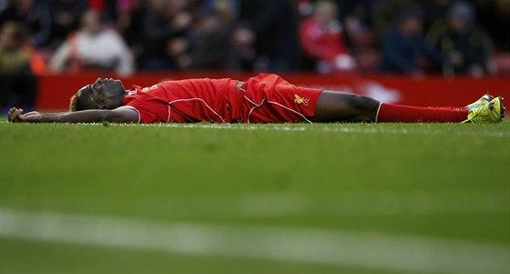 Mario Balotelli, útočník Liverpoolu, vstřebává remízu s týmem Hull City.