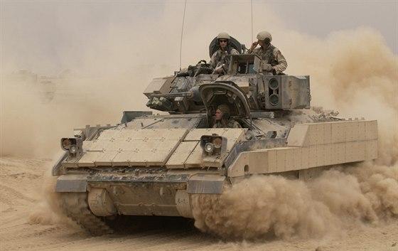 M2A2 Bradley během operace Enduring Freedom (Trvalá svoboda) v Iráku v říjnu...