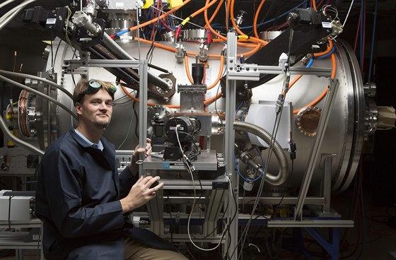 Tom McGuire vedle fúzního zařízení, které Lockheed-Martin postavil v dílnách...