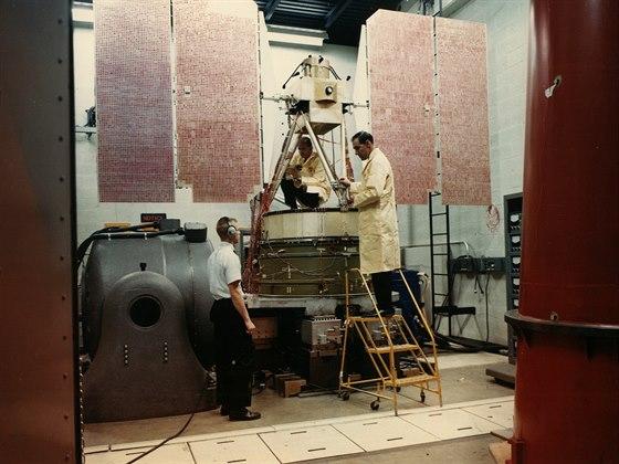 Satelit Nimbus-1 během předstartovních zkoušek odolnosti proti vibracím. Ty satelity ohrožují především právě během vzletu a jde o standardní součást zkoušek všech satelitů.