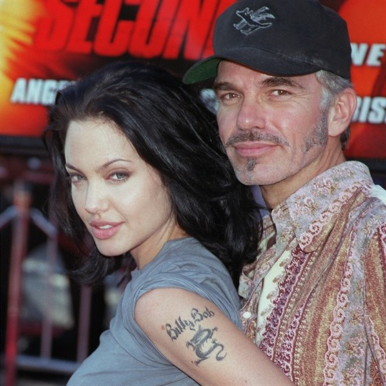 Angelina Jolie nosila jm�no man�ela na sv� pa�i.