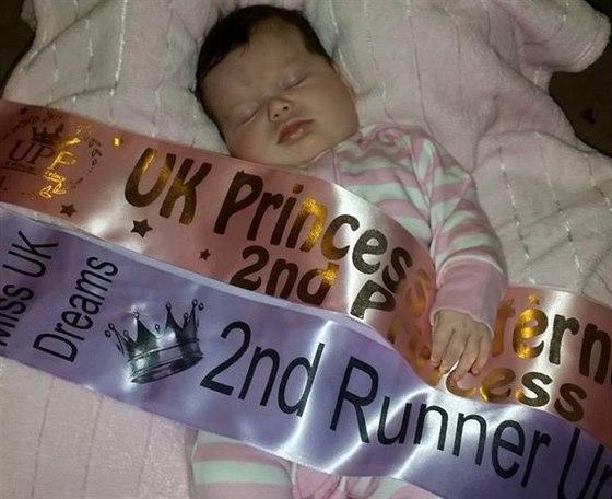 Luna Collinsová získala svou první korunku v šesti týdnech. Je tak nejmladší...