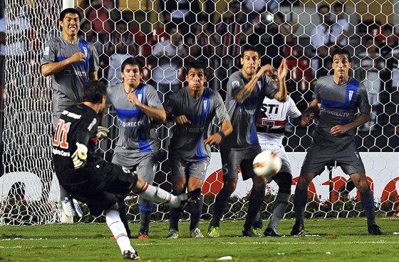 V AKCI. Mezi práci Rogéria Ceniho nepatří jen zabraňovat gólům, ale také je...