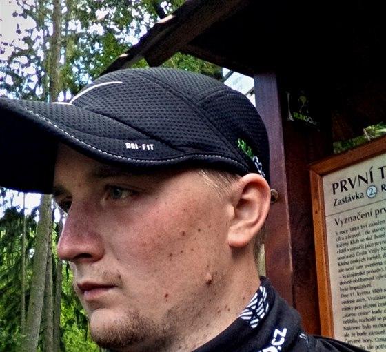 Samolepka se tentokrát nachází na rozcestí Kolna, mezi třetím a čtvrtým kilometrem trasy.
