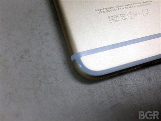 Plastové pruhy na zádech iPhonu se při nošení v kapse zbarvují