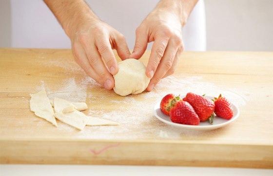 Na jednotlivé díly těsta vložíme ovoce a pečlivě zabalíme.