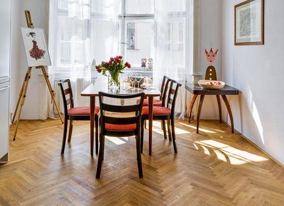 Rozkládací jídelní stůl je plně funkční a zůstal zde po předchozích majitelích. Ti současní si k němu dokoupili židle.