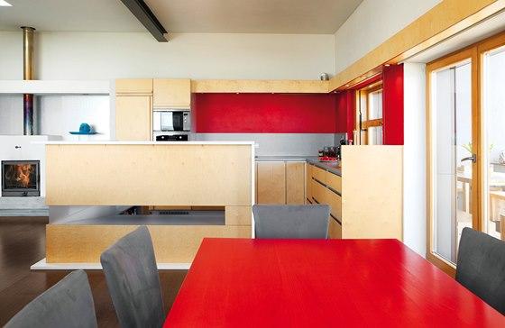 Kuchyňskou linku ve tvaru písmene L doplňuje barový pult, který zároveň cloní pohled do pracovní části varného centra.