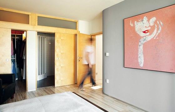Součástí hlavní ložnice je samostatná šatna a koupelna.
