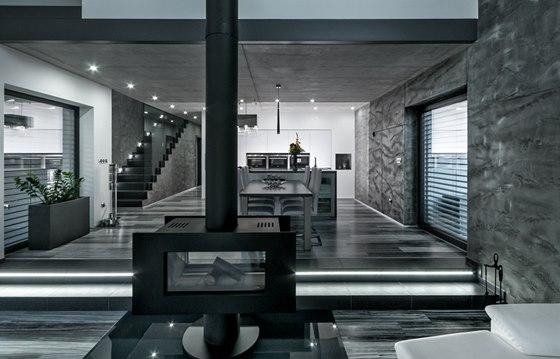 Pro lepší orientaci v šeru je horní schod s kuchyňskou a jídelní částí opatřený páskem s LED osvětlením.