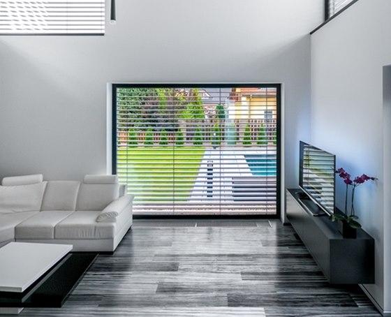 Barvy vnášejí do interiéru velkoformátová okna s výhledem do zahrady.