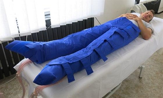 Při lymfatické drenáži se jeho modrý oblek nafukuje od nohou až k břichu. A z...