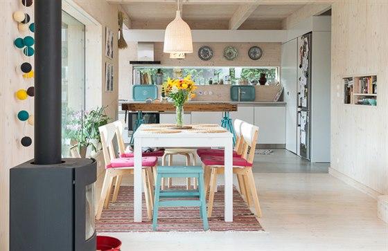 Dřevěný interiér domu doplňují pastelové barvy.