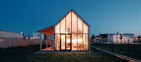 Jednoduchost domu tkví nejen v tvarosloví, ale i technologii. Postačila lehká...
