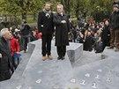 Odhalení památníku dezertérů z wehrmachtu ve Vídni. Vlevo autor památníku Olaf...