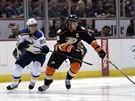 Ryan Getzlaf z Anaheimu má našlápnuto do útoku, hokejkou ho brzdí Alexander...