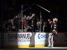 Brankář Anaheimu Frederik Andersen myslel i na diváky a obdaroval je hokejkou.