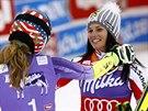 GRATULUJI K PRVNÍMU MÍSTU. Mikaela Shiffrinová (vlevo) a Anna Fenningerová zajely stejný čas a  společně vyhrály obří slalom v Söldenu.