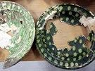 Keramické nádoby z nálezů objevených v historické jímce při stavbě výtahu pro...
