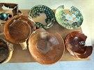 Keramické nádoby sestavené ze střepů objevených v historické jímce při stavbě...